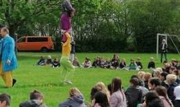 2 akrobater der står på hinanden mens eleverne kigger på