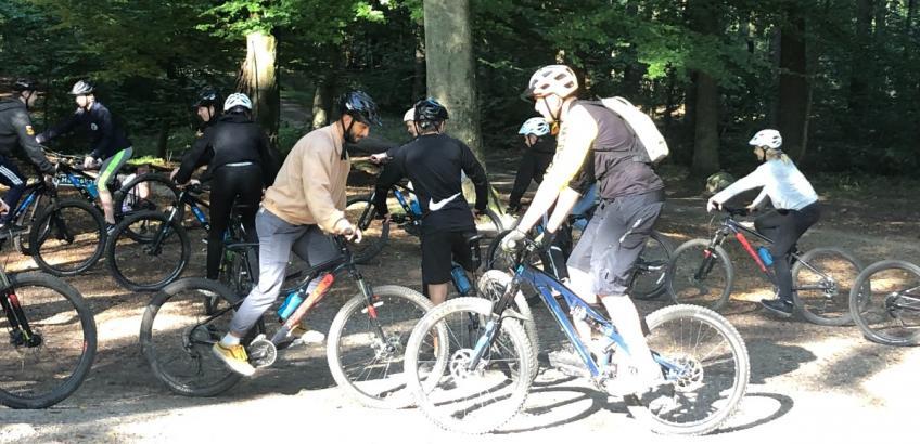 8X fra Baltorpskolen har været på mountainbike tur i skoven sammen med direktøren for LTECH
